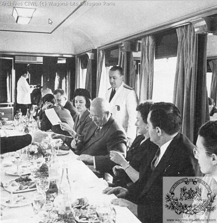 Wl kroutcheff signant un menu wl voiture presidentielle vers 1951