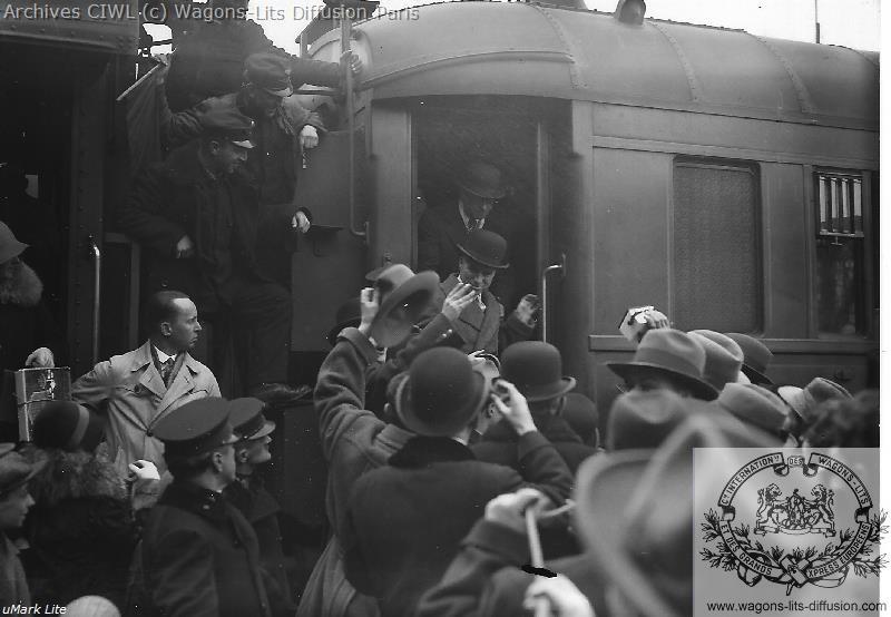 Wl arrivee a vienne chaplin descend du train 1931